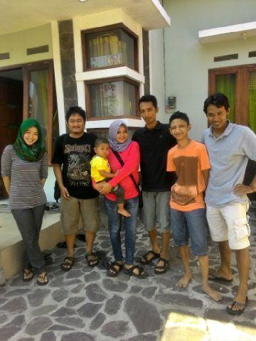 Andes, Saya, Zhyza istri Ade yang menggendong Gavin, Ade, Nyen, dan Fahmi
